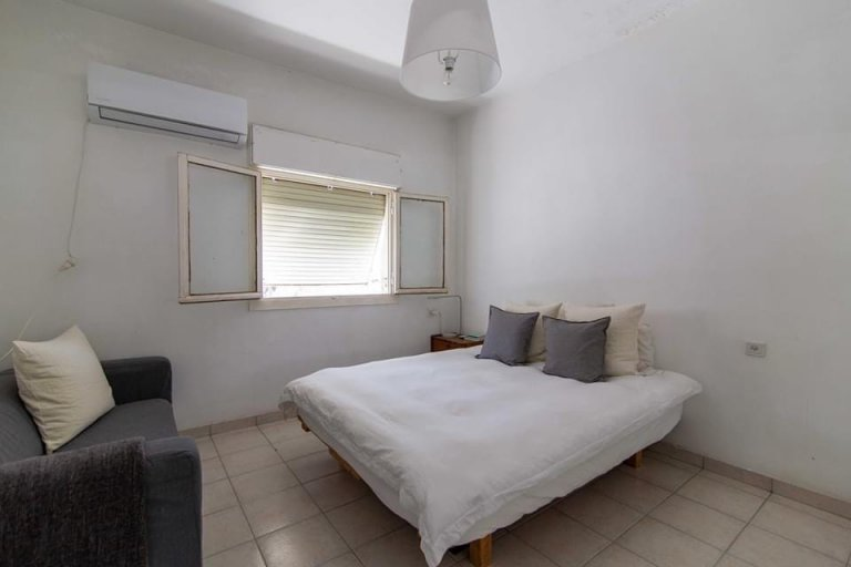 חדר השינה בדירה ברח' אשתורי הפרחי
