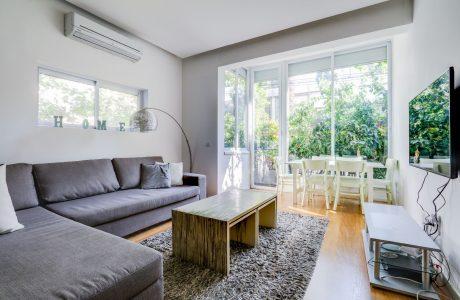 נמכר! ברח' שטרוק דירת גן קסומה ומעוצבת אדריכלית